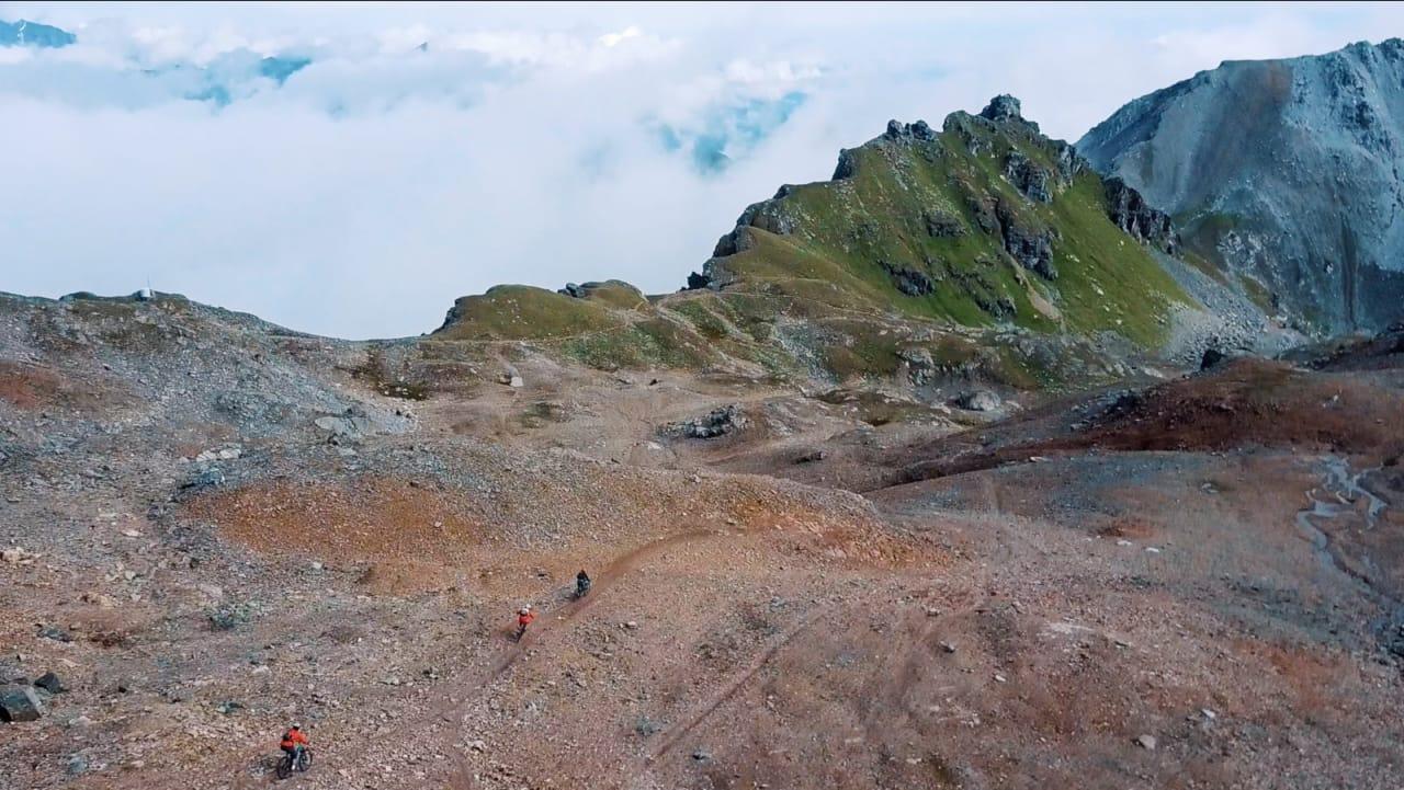 HEFTIGE SVEITS: Programleder Henrik Ulleland har blitt med sine lokale guider opp til Parpaner Rothorn (2865 moh) og kan vente seg 3000 høydemeter - nedover!