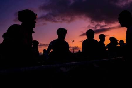 Roc Marathon startet før sola hadde stått opp. – Det var en veldig spesiell opplevelse å varme opp i bekmørket, sier Ole Hem, som debuterte i det 84 kilometer lange UCI-rittet i Frankrike. Foto: Roc d'Azur
