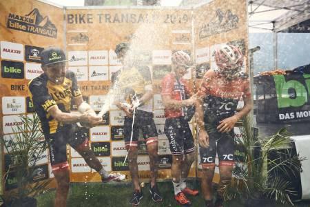 Ole Hem og makker Marco Rebagilati feiret tredjeplassen sammenlagt i TransAlp med Daniel Geismeyr og Jochen Käß fra vinnerlaget Centurion Vaude 1. Foto: TransAlp