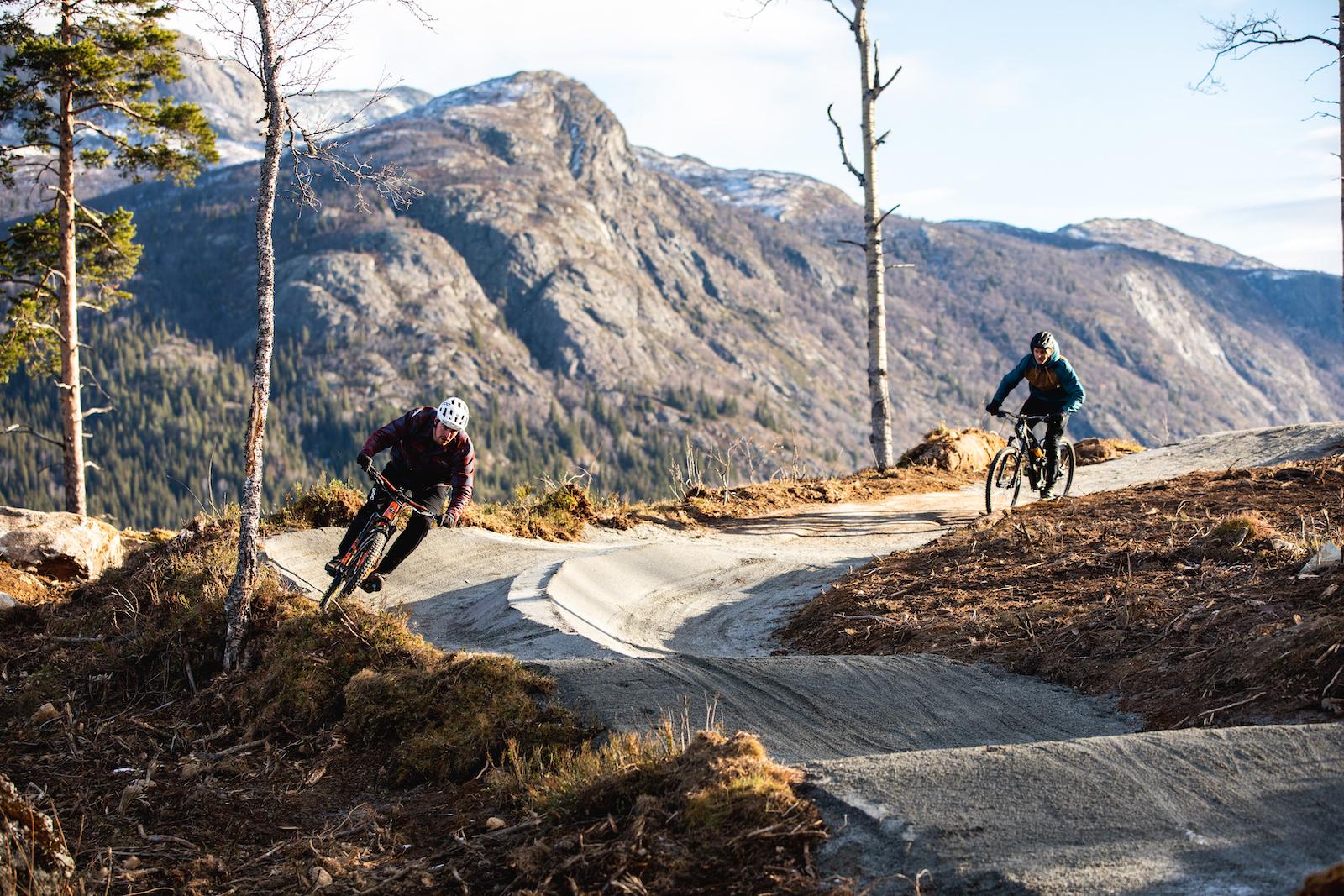 Tottelia Rides i Hemsedal åpner på lørdag og består foreløpig av en familievennlig rundløype på 1.7 kilometer med innslag av flytstier og elementer av grønn, blå og rød gradering. Foto: Paul Lockhart
