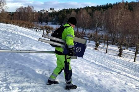 Mandag fjernet Bymiljøetaten de ulovlige skiltene om forbud mot stisykling på Ljanskollen. Foto: Aslak Møstad
