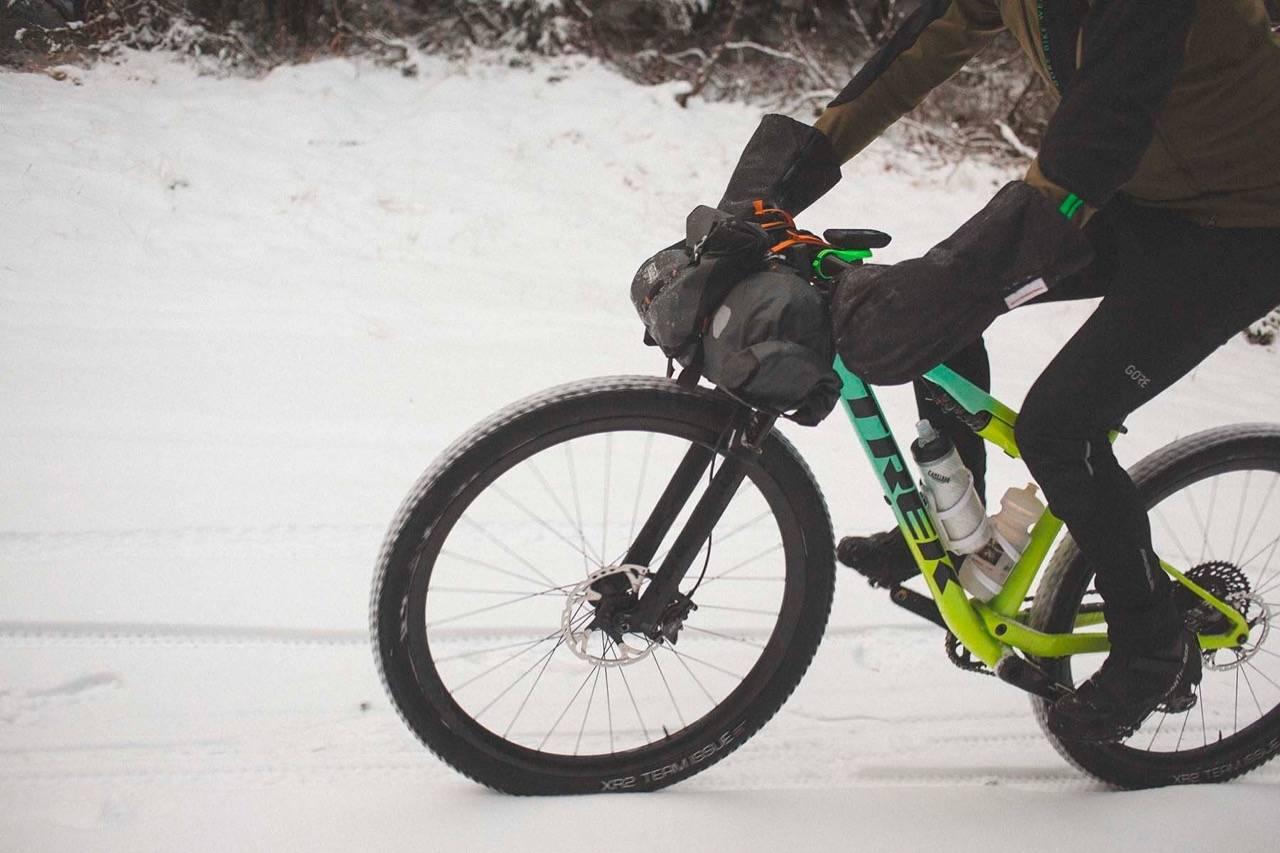 DIGGE VINTERVEIER: Å sykle snødekte skogsbilveier med piggdekk kan by på vel så flotte opplevelser som grussykling på barmark.