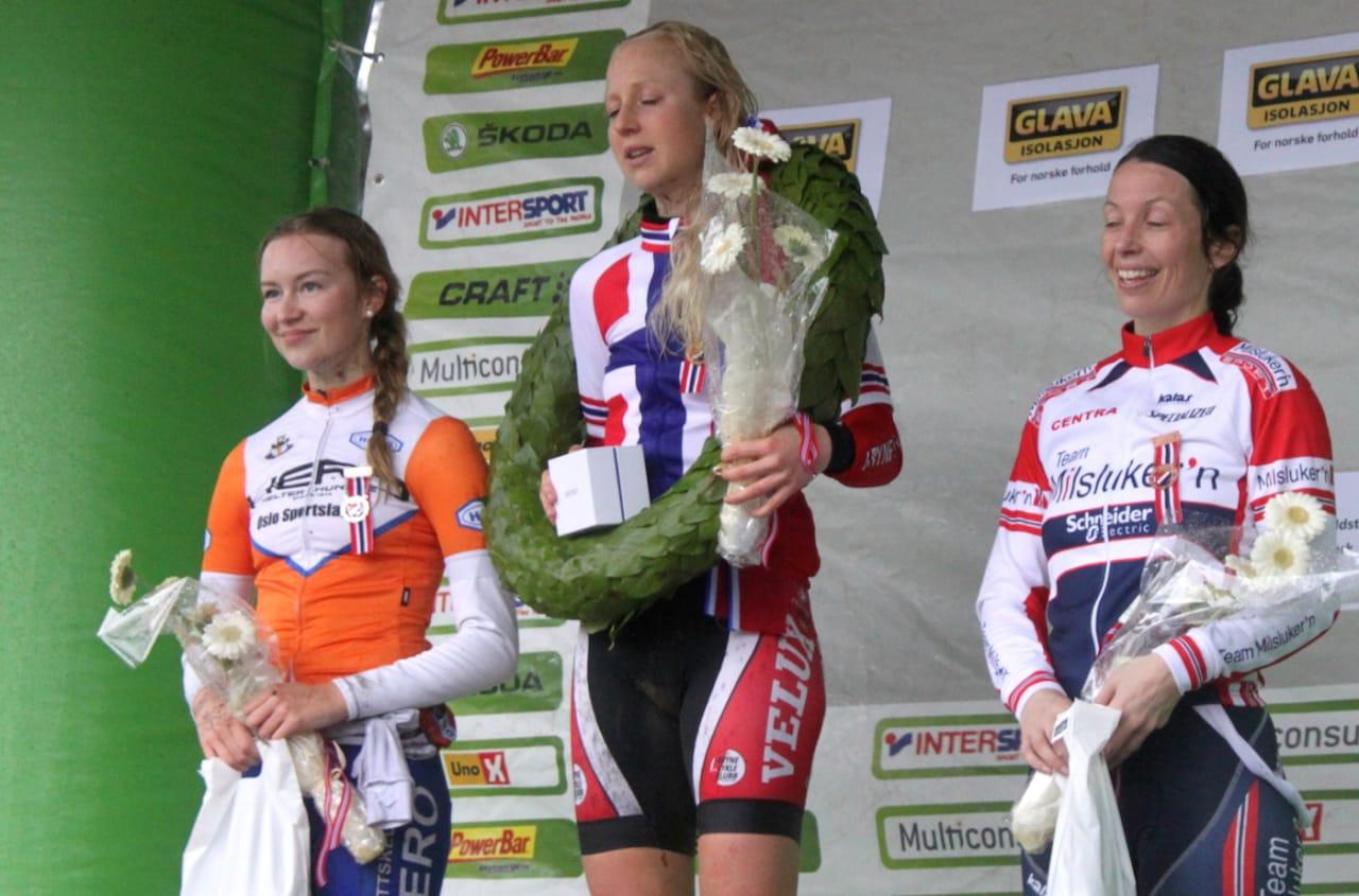 NORGESMESTER: Lene Byberg fra Bryne CK ble historisk da hun tok gull i det aller første norgesmesterskapet i kross på søndag. Tiril Hole Mohr tok sølv og Silje Stenbrenden bronse. Foto: NCF