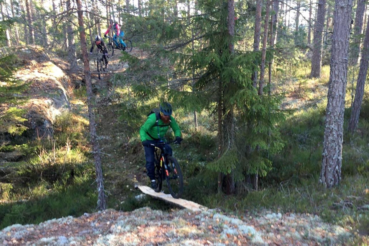 I løpet av fellesturen fikk rytterne testet kloppingen som SIL Sørmarka Stisykkelklubb har syslet med i løpet av sesongen. Foto: Trond Dyrnes
