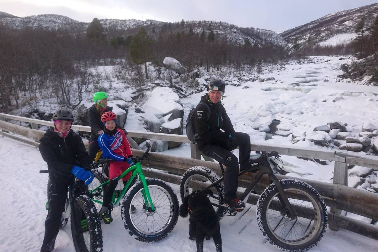 Desemberlyset og ukens snøfall skapte fine rammer rundt Global Fatbike Day-turen til Rune Høydahl på Geilo. Foto: Nina Gässler