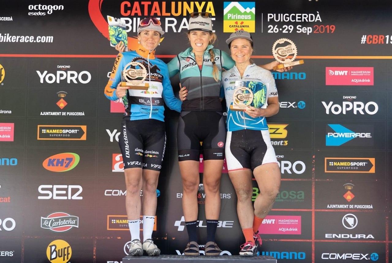 Hildegunn Gjertrud Hovdenak (til  høyre) kom på tredjeplass sammenlagt i Catalunya Bike Race i Spania sist helg. Foto: Catalunya Bike Race