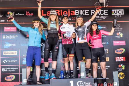Hildegunn Gjertrud Hovdenak (nummer to fra høyre) tok tredjeplass sammenlagt i det fire dager lange etapperittet La Rioja Bike Race, som bel avsluttet på søndag. Rocio Del Alba Garcia Martinez vant rittet og Claudia Galicia Cotrina bel nummer tre. Foto: La Rioja Bike Race