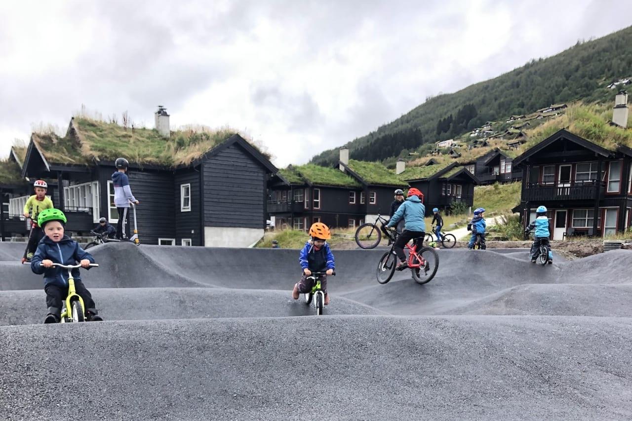 Det var yrende liv i den nye pumptracken i Myrkdalen Fjellandsby både under selve åpningen og resten av dagen. Foto: Ida Bjotveit
