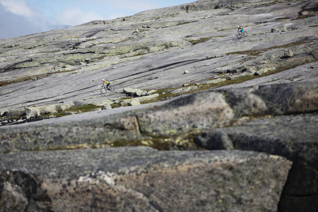 HVOR DU VIL: Sture Pettersen leder an Per-Eivind Syvertsen på svabergene på Reinnesfjellet.