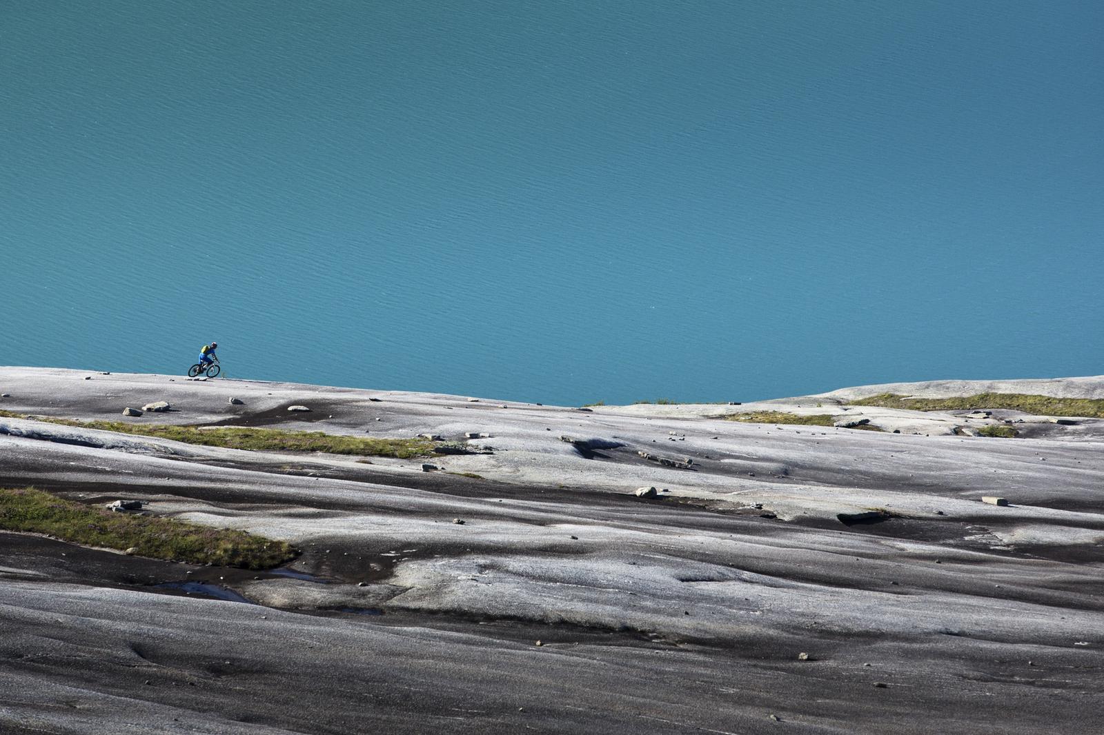 NED MOT HAVET: Remi Einås nyter de siste svingene på granitt ned mot Skjomfjorden. Foto: Kristoffer H. Kippernes