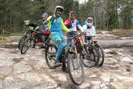 Sindre Rustan (til venstre) var nær ved å slå Brage Vestavik (midten) i Kampen om Kjerringa i fjor. Dessuten er det flere lokale ryttere som puster proffen i nakken. Til helga er det nye sjanser i årets utgave av utforklassikeren i Kjerringåsen sykkelspark. Foto: Petter Wilhelmsen