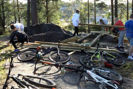 Arbeidsiveren til stibyggerne ved Ingieråsen ungdomsskole har resultert i at skolen snart har en fullblods sykkelpark. Foto: Cato Symrebu