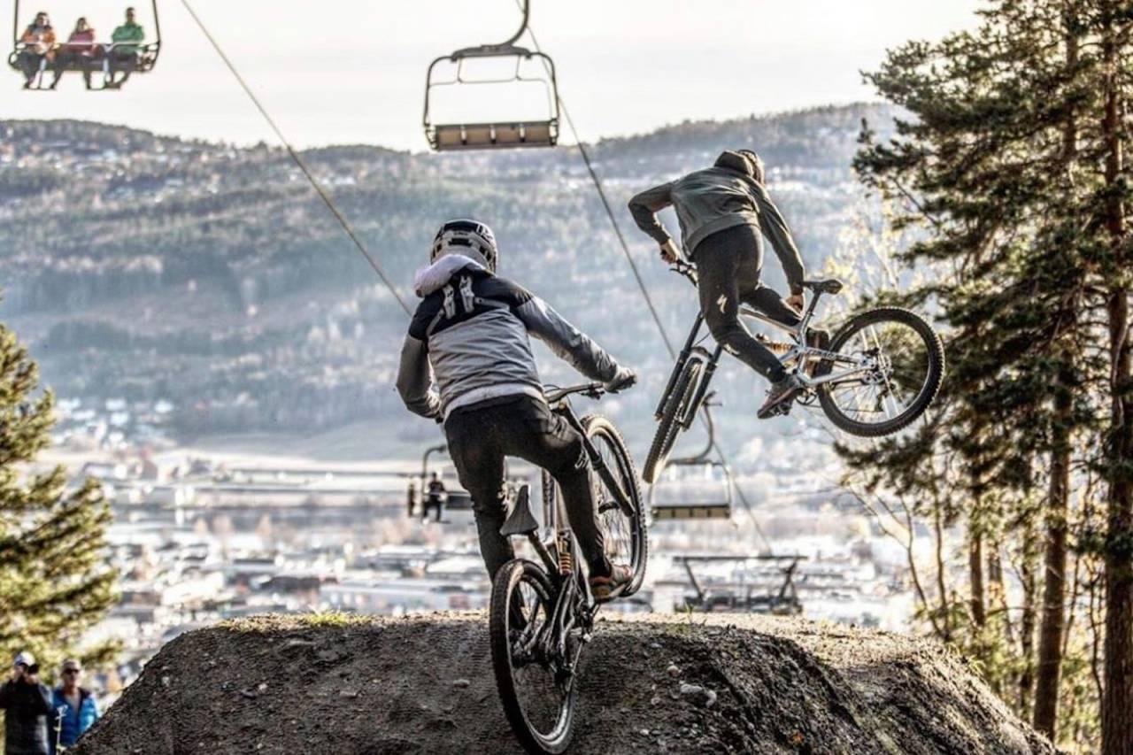 Brødrene Grunde Kvålseth (foran) og Gabriel Kvålseth under Whip Off konkurransen på sesongavslutningen i Drammen skisenter på søndag. Foto: Svenn Fjeldheim