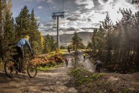 Til helga blir det sesongavslutning i Drammen skisenter, med Red Bull Rampage på skjerm på fredag, sykling, konkurranser og grilling i skisenteret på søndag. Foto: Svenn Fjeldheim