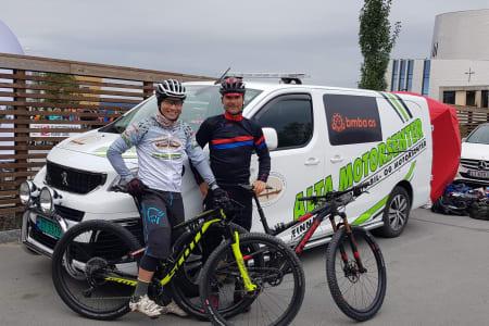 Daniel Boberg Leirbakken (til venstre) mistet makkeren Steffan Repshus etter ni timer av det 30 mil lange rittet OF300. Foto: Privat