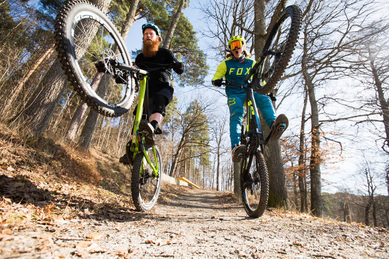 WHEELIE-WEDNESDAY: Aslak Mørstad og Brage Vestavik er ute og trener på å dra på bakhjulet. Bilde: Christian Nerdrum