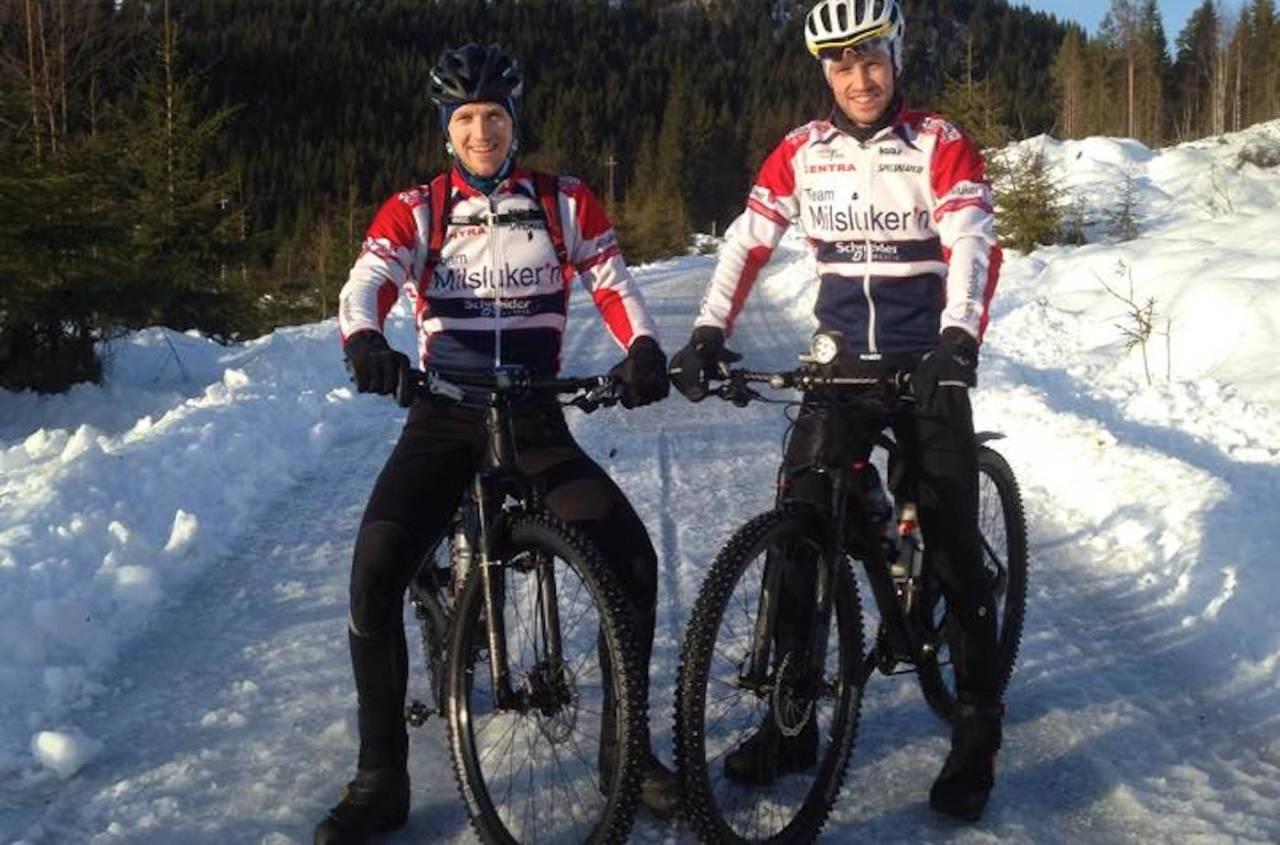 PUSHER HVERANDRE: Torbjørn Svanstrøm (til venstre) gir Ola Kjøren bra matching på treningsturer i Team Milslukern. Foto: Privat