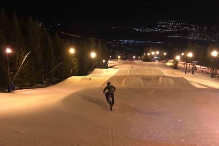 Lørdag kveld er det klart for tidenes første vinterenduro i Varingskollen, der terrengparken er en av de fire etappene. Foto: Stian Eilifsen