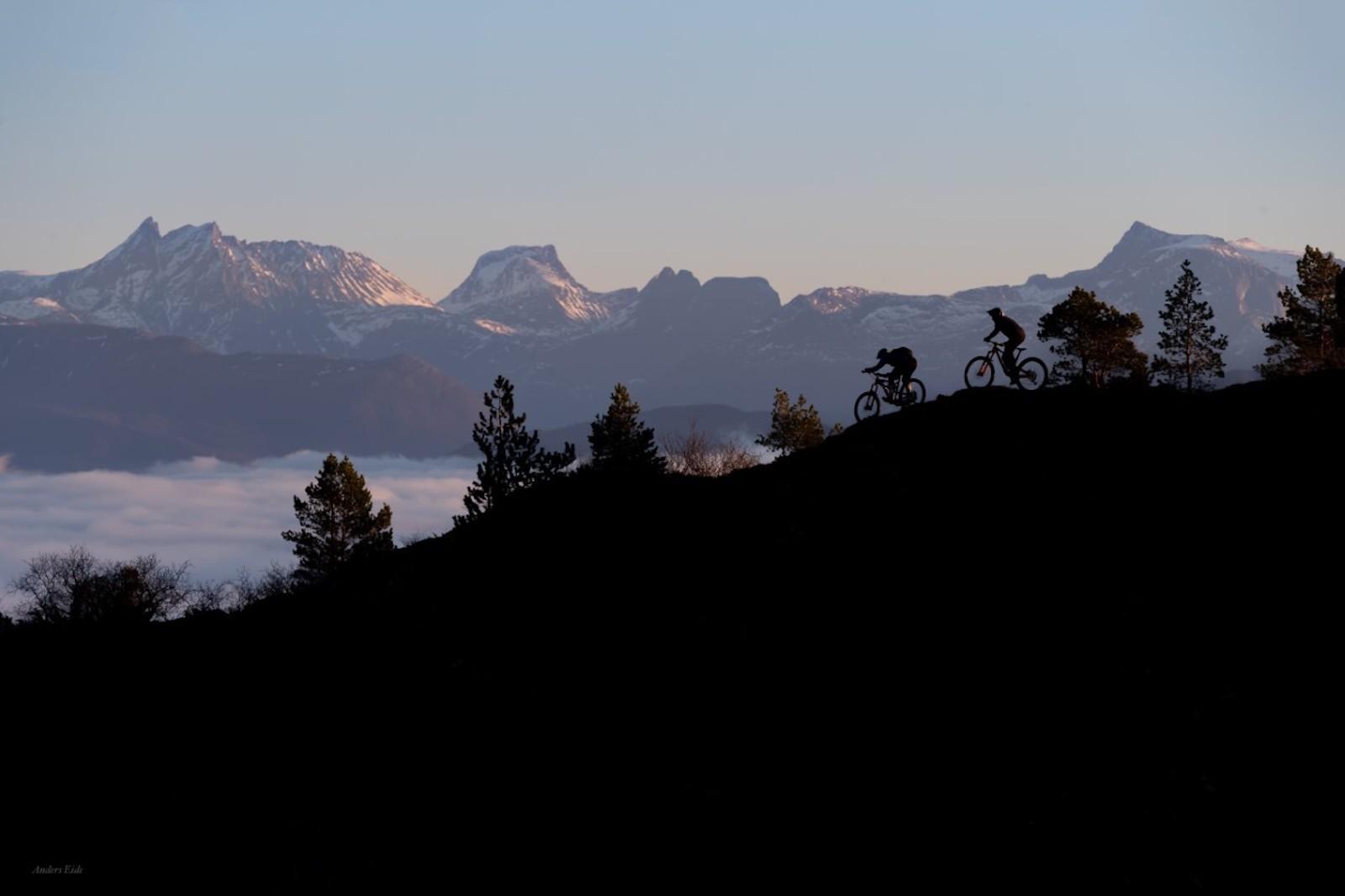 Molde Enduro på søndag er første ritt i årets 80/20-serie, som i år består av fem runder. Her er Pål Nakken (foran) og Terje Aamodt ute og tester terrenget. Foto: Anders Eide