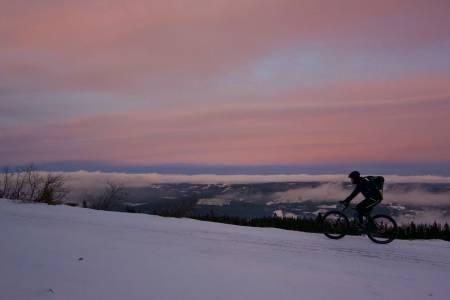Solnedgang og kuldegrader gir et eget lys i november. Foto: Erik Olsson