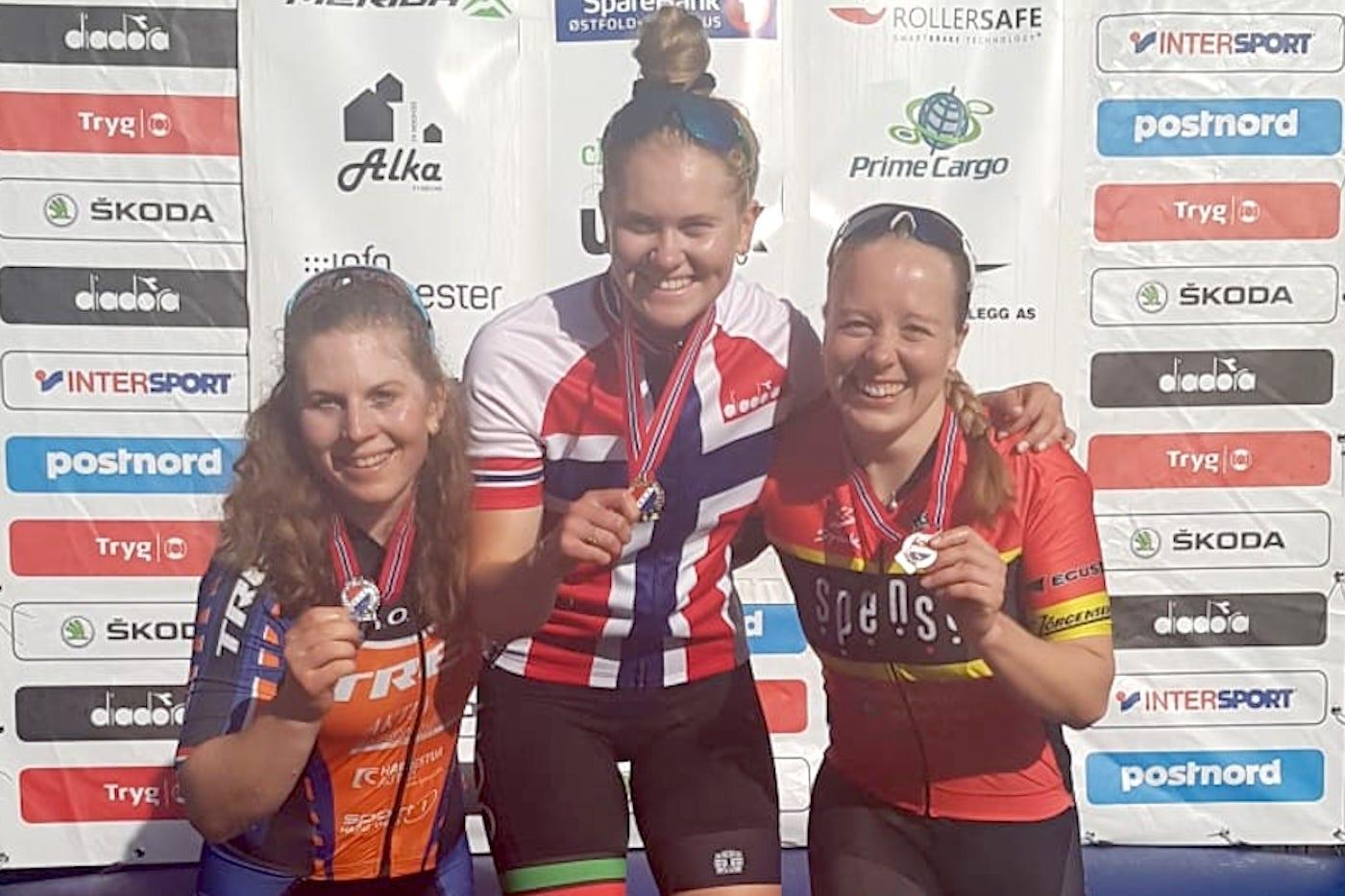 Landeveisrytteren Rikke Enstad vant NM-gull i sprint foran Elisabeth Sveum (til venstre) og Ingrid Sofie Ble Jacobsen. Foto: NCF