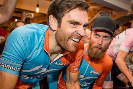 Vidar Mehl får peptalk fra Morten Vaeng under forrige ukes live Zwift event i Oslo. Nå blir de begge lagkamerater i Kalas eSport Racing Team, som rittdebuterer online i morgen. Foto: Wahoo