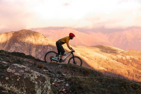 Stisykling i Georgia gjennom Kaukasus natur og kultur blir en del av turprogrammet til Urørt ski- og sykkeleventyr i Alvdal fra neste år. Foto: Marte Thoresen