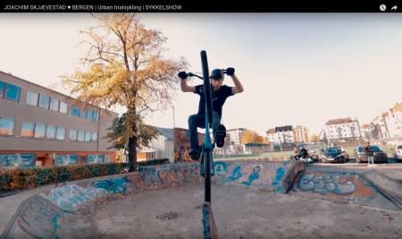 LEKENT: Joachim Skjævestad leker seg med sykkelen rundt i Bergen.