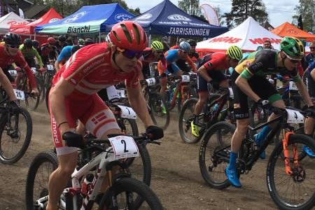 Erik Hægstad (til høyre, nummer 4) holdt unna for danske Jonas Lindberg (nummer 2) på kortbanerittet som var andre av det tre dager i UCI-etapperittet under Rye Terrengsykkelfestival. Foto: Lena Øverbye