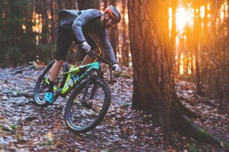 INTERESSANT: Hvor fort ulike sykler går i terrenget skapte interesse blant leserne våre i januar. Her tester redaktør Kristoffer H. Kippernes en Trek Supercaliber. Foto: Øyvind Aas