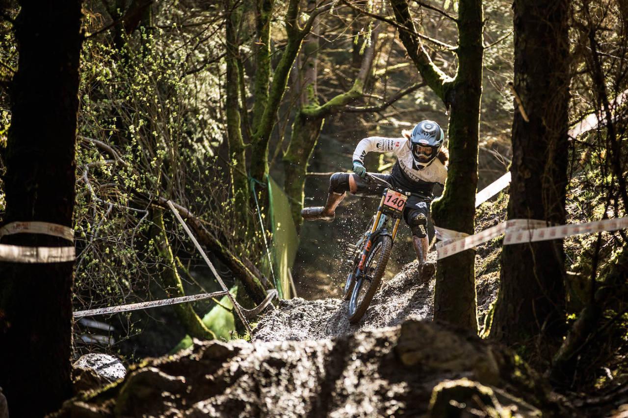 Mille Johnset (16) fra SK Rye/ Trek Factory Racing på vei ned den lange, tekniske og såpeglatte løypa i Wales på søndag. Foto: Yasmeen Green/The Hills Are Alive Photography og British Downhill Series