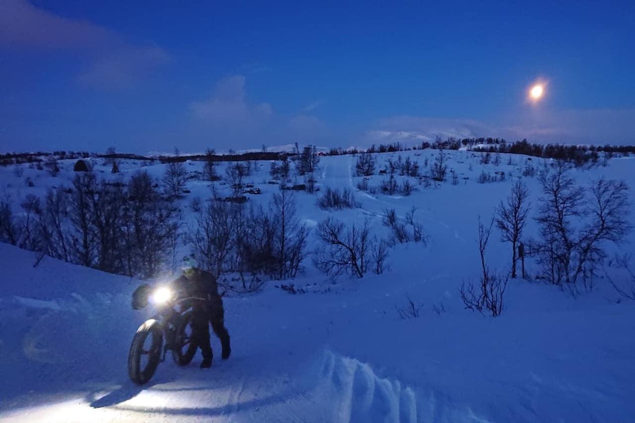Løypeleggeren på løypebefaring i traséen til årets utgave av Fat Viking. Foto: Nina Gässler