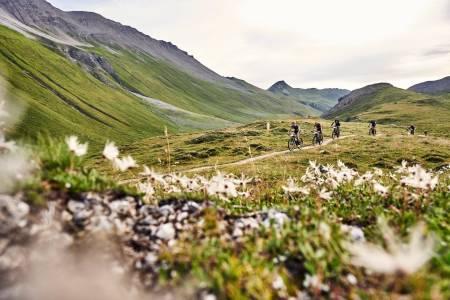 Tredje etappe i Swiss Epic gikk fra St. Moritz til Lenzerheide, 80 kilometer og 2200 høydemeter gjennom postkort-terreng for de som hadde tid eller kapasitet til å se seg rundt underveis. Foto: Marius Holler/Swiss Epic