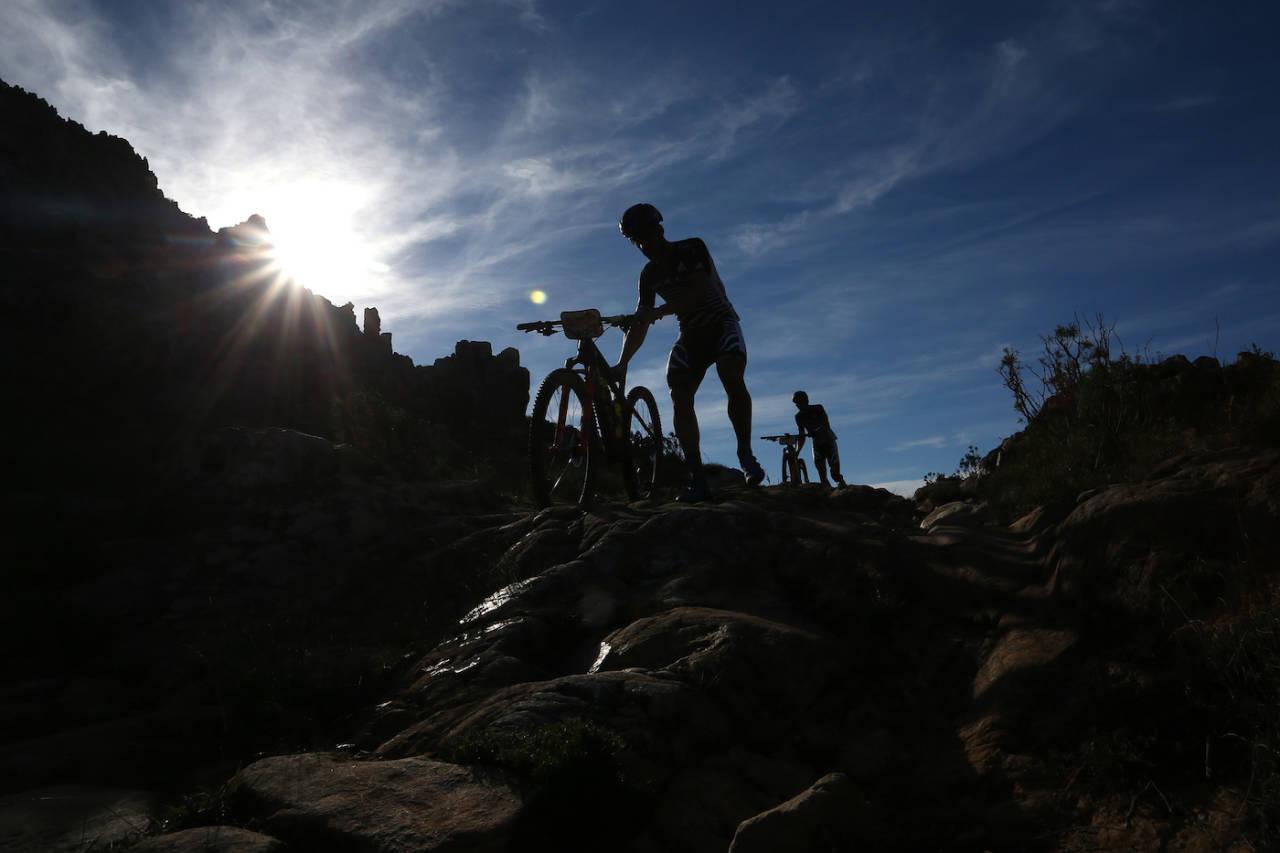 Dagens etappe var den med mest høydemeter i årets utgave av Cape Epic, og med fem dager i beina fra før var det mange som fikk slite på de ti milene fra Oak Valley Estate til Stellenbosch. Foto: Shaun Roy/Cape Epic