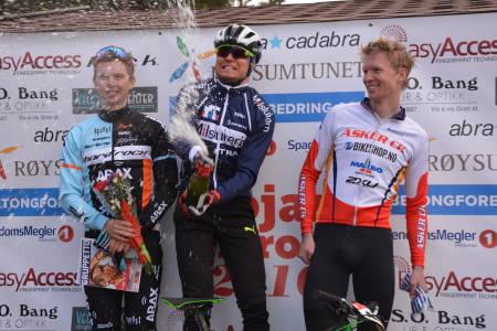 Også årets utgave vil hylle vinnerne med sjampis. I fjor var det Eskil Evensen-Lie som vant, foran Fredrik Haraldseth og Øivind Bjerkseth. Foto: Rojan Rundfahrt