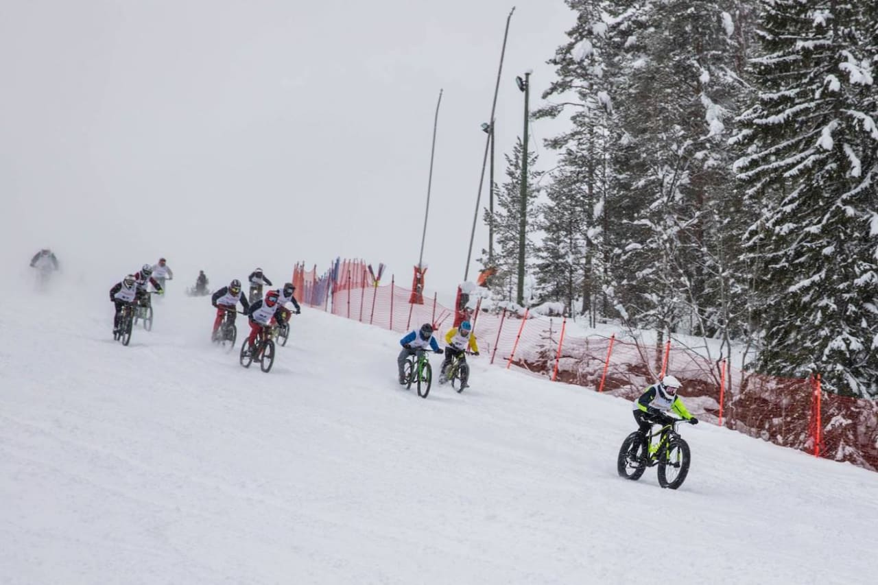 Magnus Slinger Sørli (med blå jakke i midten) tok seieren på Snowstock 2019 på oppløpet. Foto: Lars Rønaas