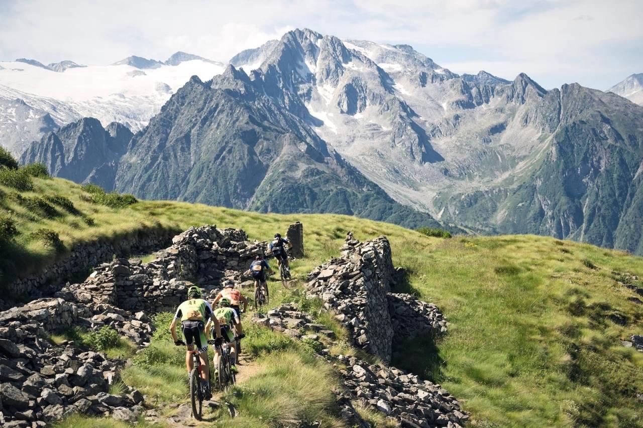 TranAlp byr på tusenvis høydemeter både oppover og nedover i sju dager til ende, og trekker hvert år flere av verdens topp-rankede terrengsyklister. Foto: TransAlp