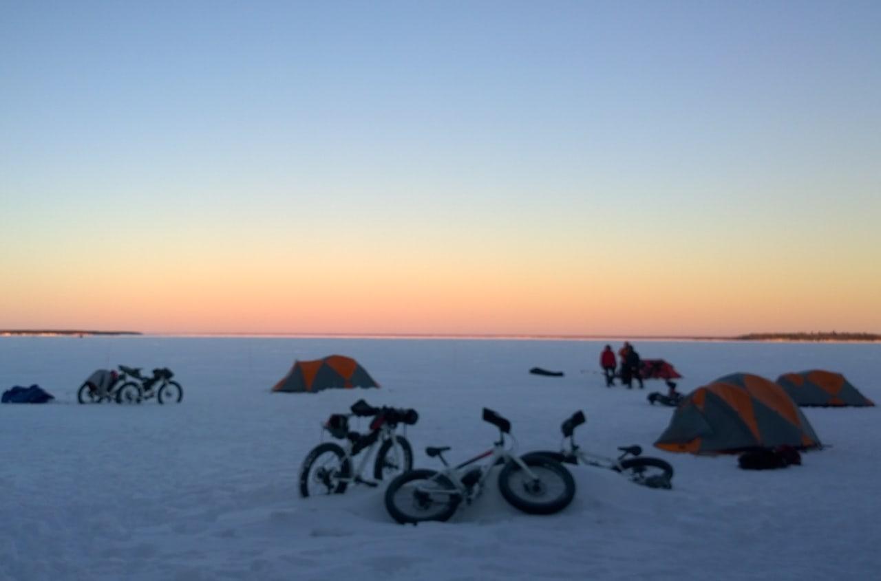 Vinter bikepacking kan by på ekstremt flotte opplevelser, og de nytes best uten forfrosne tær. Foto: Nina Gässler
