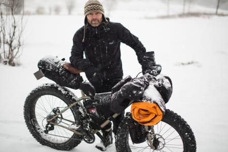 BIKEPACKER: Sykkelskribent Mikkel Soya Bølstad får med seg alt han trenger på sykkelramma når han drar på langtur. Bilde: Christian Nerdrum