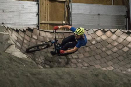 IKKE TRÅ: Bygg fart i terrenget uten å trå. Det er hele poenget med pumptrack og grunnen til at alle som sykler burde prøve seg i kuleløypa en gang i blant. Brage gjør det derimot veldig ofte. Bilde: Christian Nerdrum