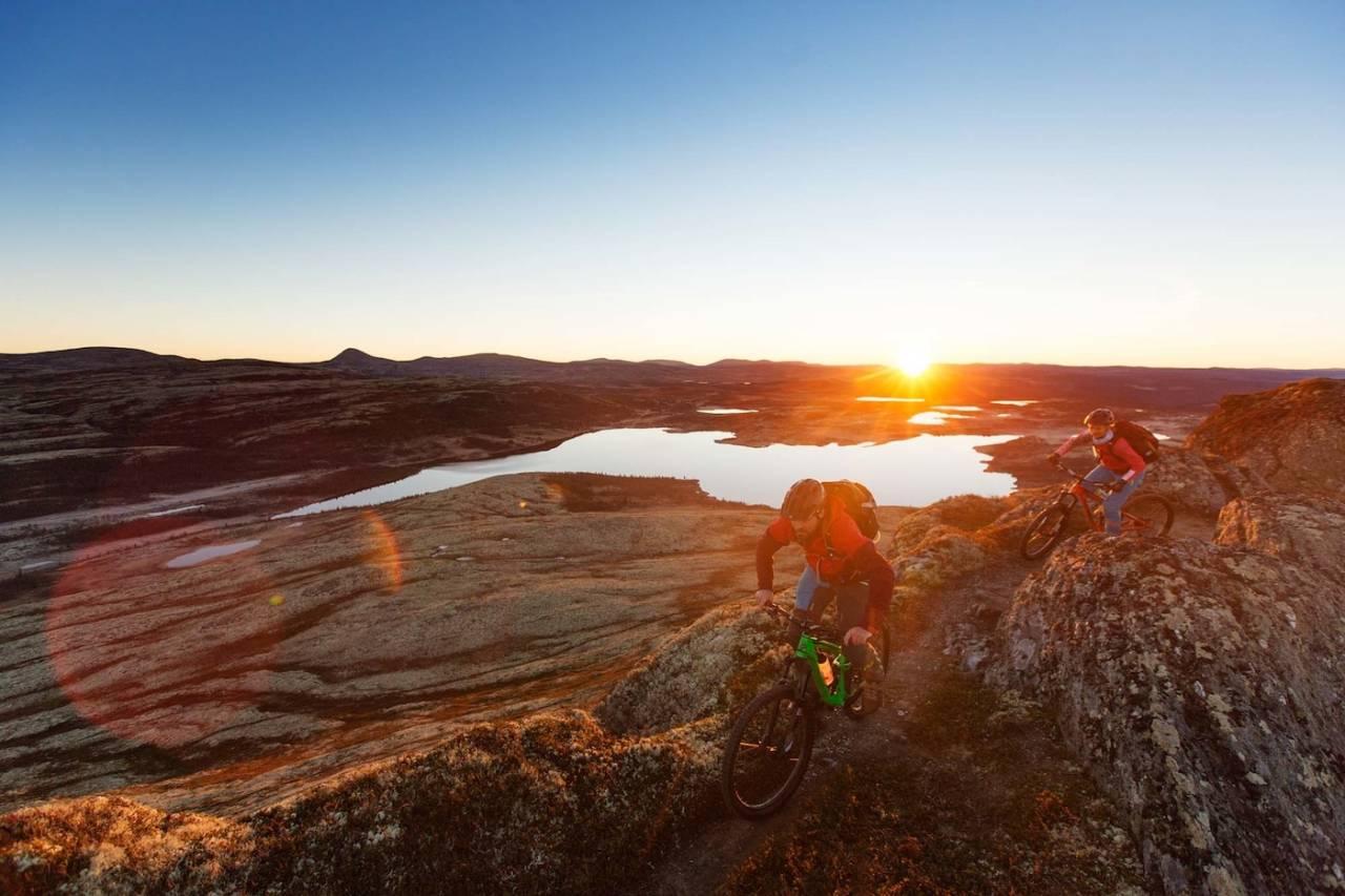 Julia Hamre og Kjell Arne Høyesveen kjenner Venabygdsfjellet bedre enn de fleste og vil guide Ringebu-siden av fellesturen i juli. Foto: Kristoffer Kippernes