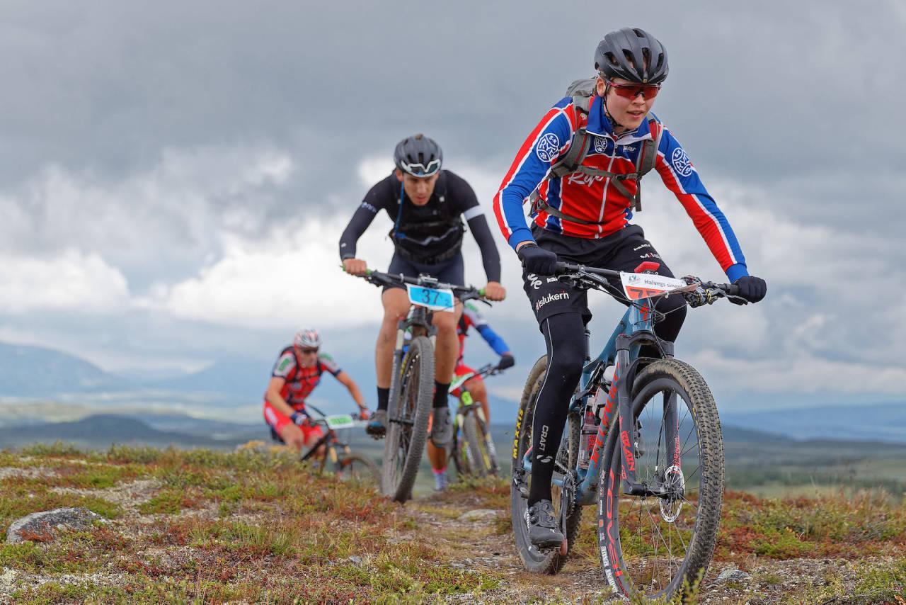 Hvilke ritt skal du sykle i år? Jonas Brandt i front over toppen underveis i Offroad Valdres 2019. Foto: Ola Morken