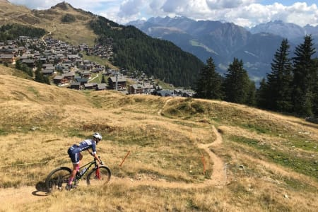 Miriam Sivertsen underveis på første etappe av Swiss Epic. Foto: Espen Kildebo Jensen