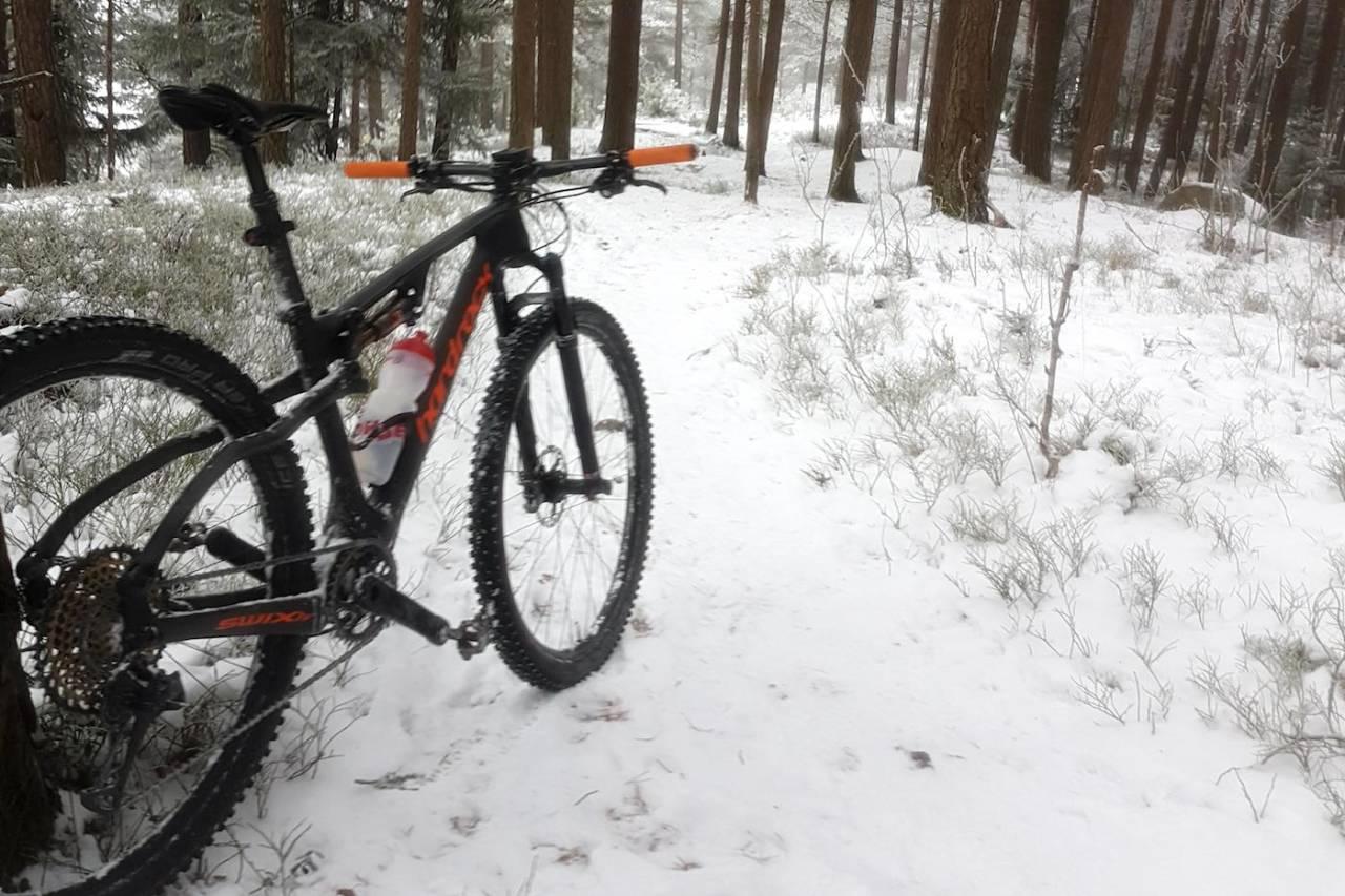 Fredrik Haraldseth sykler ute på sti hele vinteren. Her fra førjulstur i Oslomarka. Foto: Fredrik Haraldseth