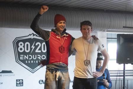 Jens Bergmann (til venstre) vant sitt første enduroritt med seieren i Trysil Enduro under 80/20-finalen, mens Andreas Aalby kom på andreplass. Foto: Kristoffer Kippernes