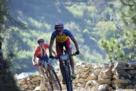 Thomas Engelgjerd (foran) tok tre etappeseiere og sammenlagtseier i MTB Himalaya, mens Ole Hem vant en etappe og ble nummer tre totalt i det ni dager lange rittet i India. Foto: MTB Himalaya