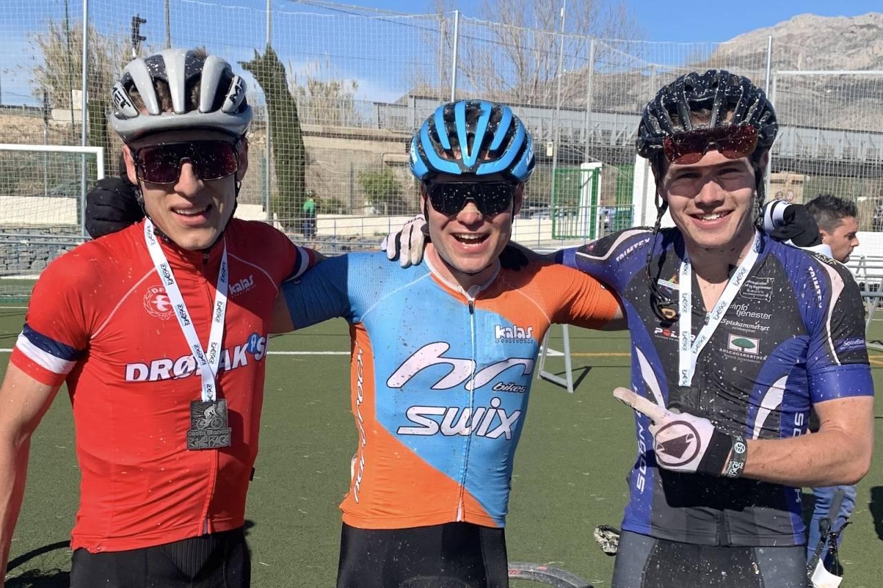 Anders Johannessen (til venstre) og Emil Hasund Eid vant den siste etappen i Costa Blanca Bike Race. Martin Siggerud (til høyre) hadde femte beste tid på etappen. Foto: Eddy Knudsen Storsæter