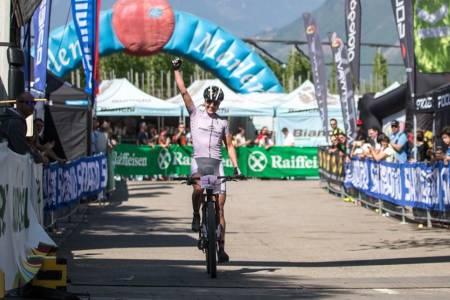 Gunn-Rita Dahle Flesjå tok seieren i UCI-rittet i Italia, foran sveitseren som slo henne forrige helg. Foto: Arrangøren