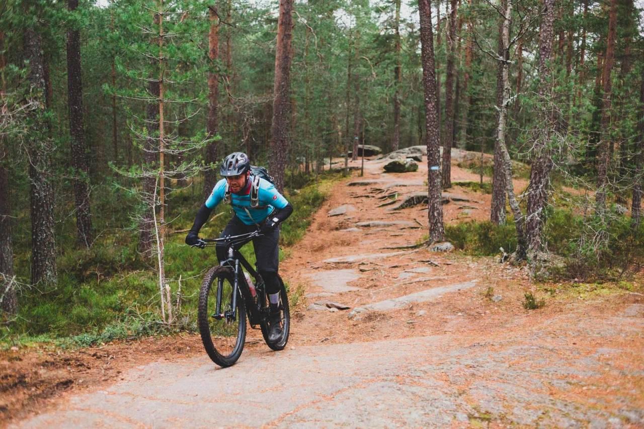 NYTER FINE STIER: Jostein Erlandsen på en av Østmarkas karakteristiske svaberg. Foto: Kristoffer H. Kippernes