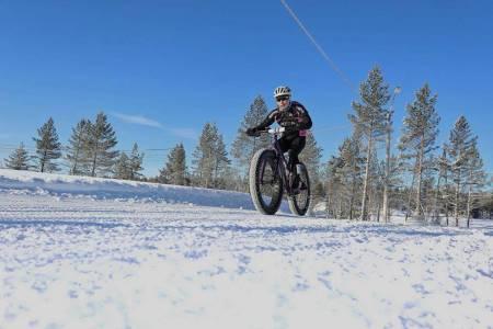 Emma Kristine Skjerstad hadde ikke veldig mange kvinnelige konkurrenter under det uoffisielle norgesmesterskapet i fatbike på Lygna i vinter. Det vil hun gjøre noe med. Foto: Ola Morken